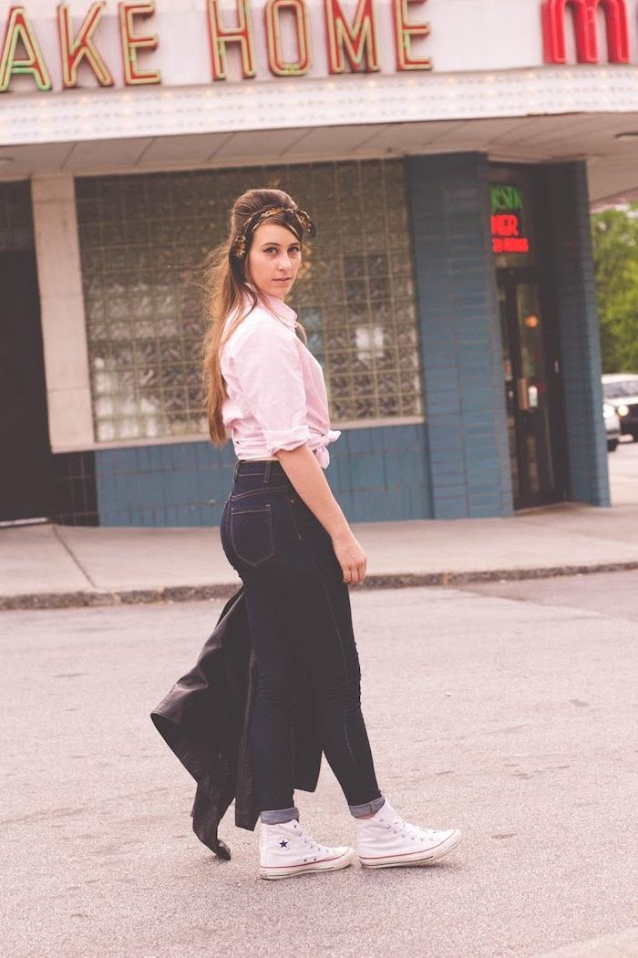 Jean slim, chemise rose claire, basket blanche, vetement annee 50, pin up année 50 femme chic tenue habillée