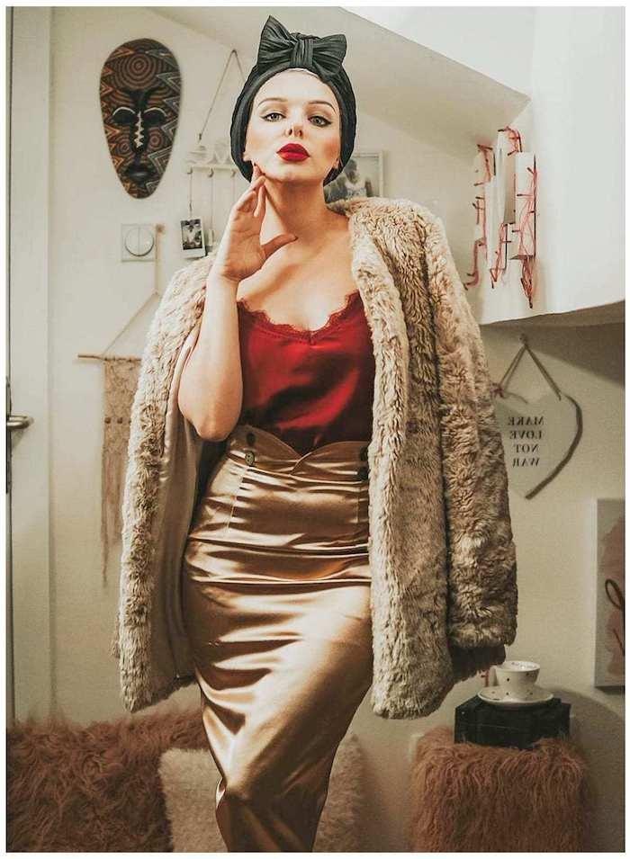 Satin jupe crayon, gilet faux fourrure, robe pin up, s'habiller comme les femmes des années 60