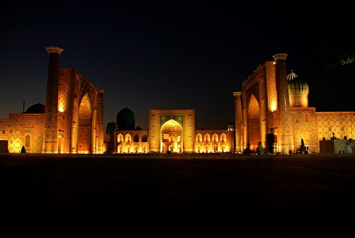 visite de la ville ancienne de samarcande, l'édifice sur la place du régistan illuminé le soir