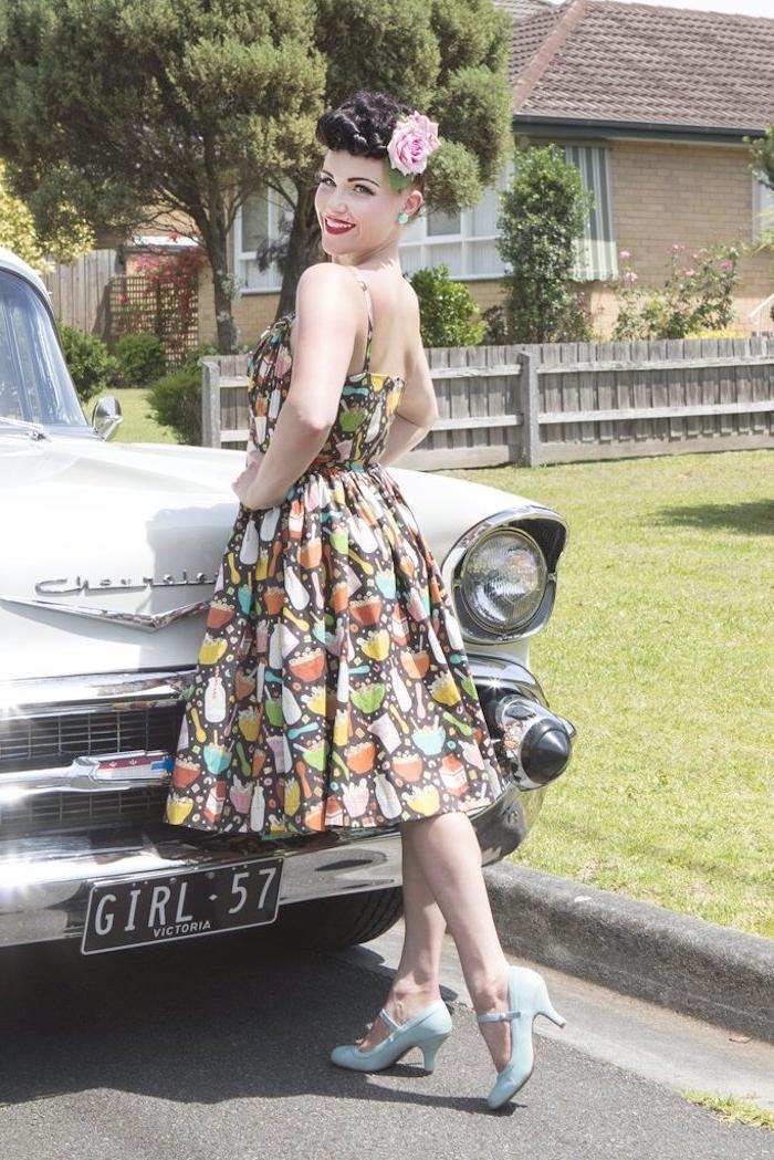 Voiture vintage, robe à glaces, chaussures bleu claire, mode année 50, soirée guinguette comment s'habiller