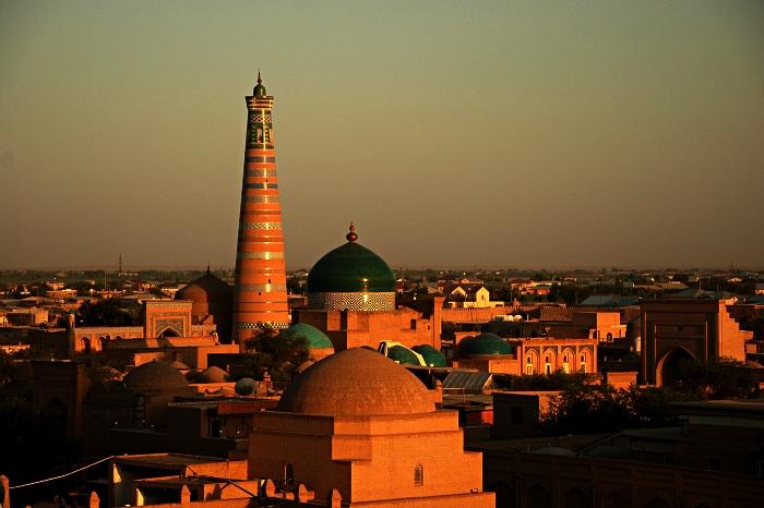 vue sur l'ancienne ville fortifiée de khiva en ouzbékistan au coucher de soleil, patrimoine architectural ouzbek