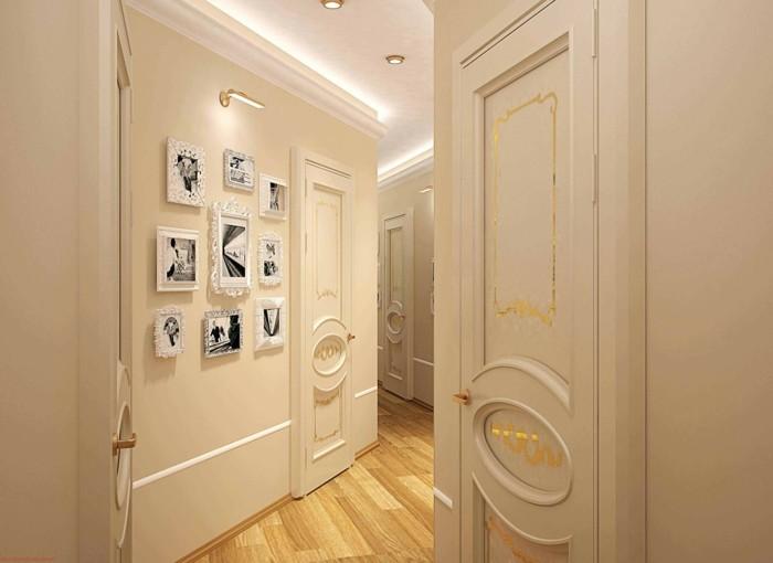 Couloir long étroite à forme irrégulière, blanc murs détails dorés, photographies sur les murs, cadre photo shabby chic