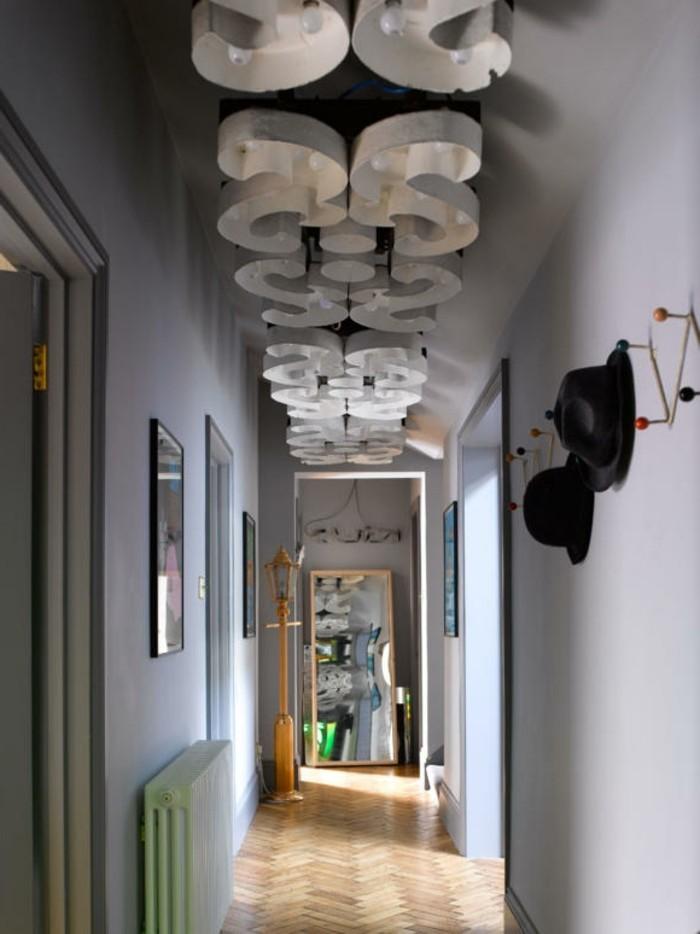 Idée comment décorer un couloir étroit, design d'intérieur moderne pour couloir, lampes en s installation