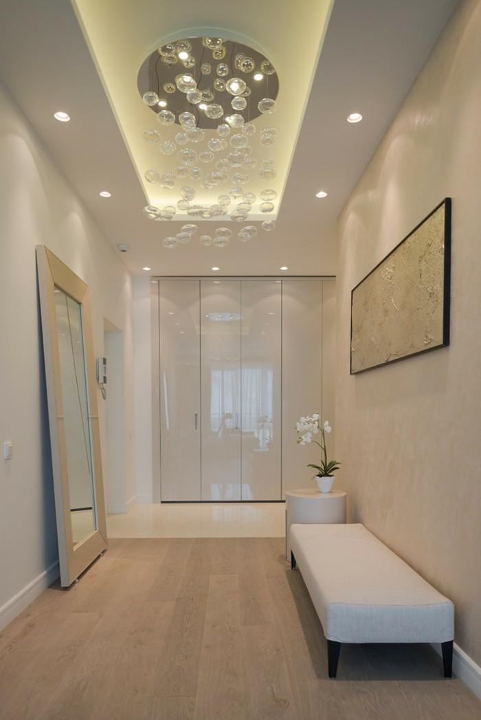 Led éclairage plafond suspendu, idée déco couloir étroit, cool idée aménagement couloir stylé, petit canapé blanc style banc
