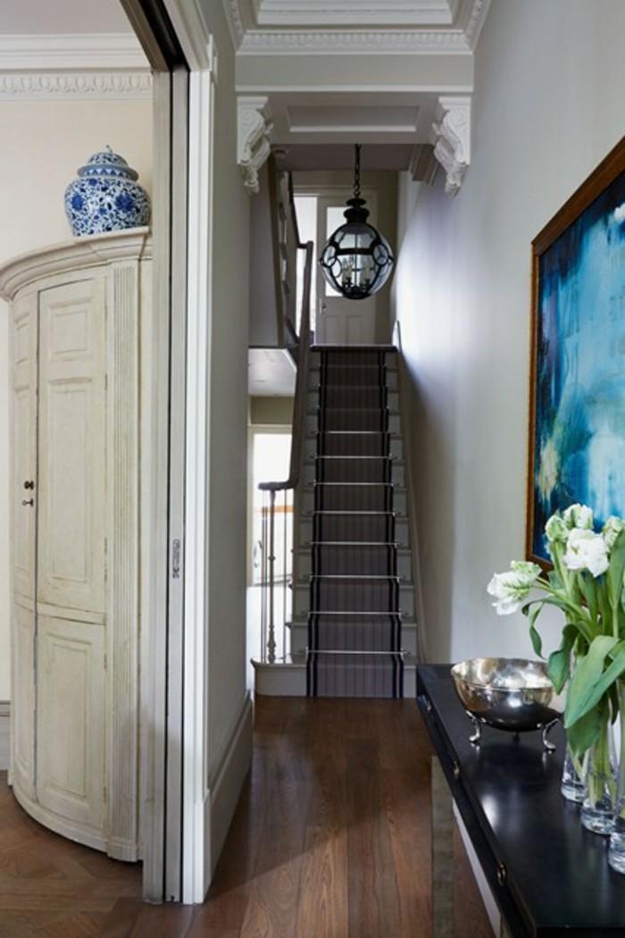 Vase avec fleurs, escalier aménager un couloir d'entrée étroit, idée comment décorer