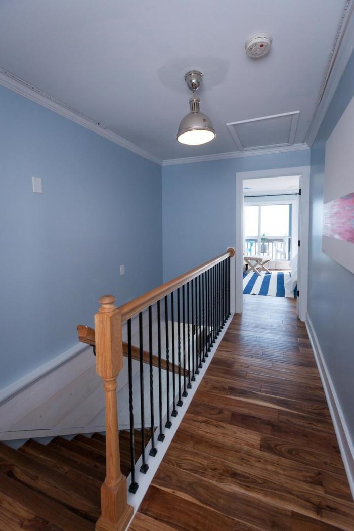 Escalier et couloir parquet bois sombre, murs blues, décoration couloir long étroit, déco couloir étroit en photo