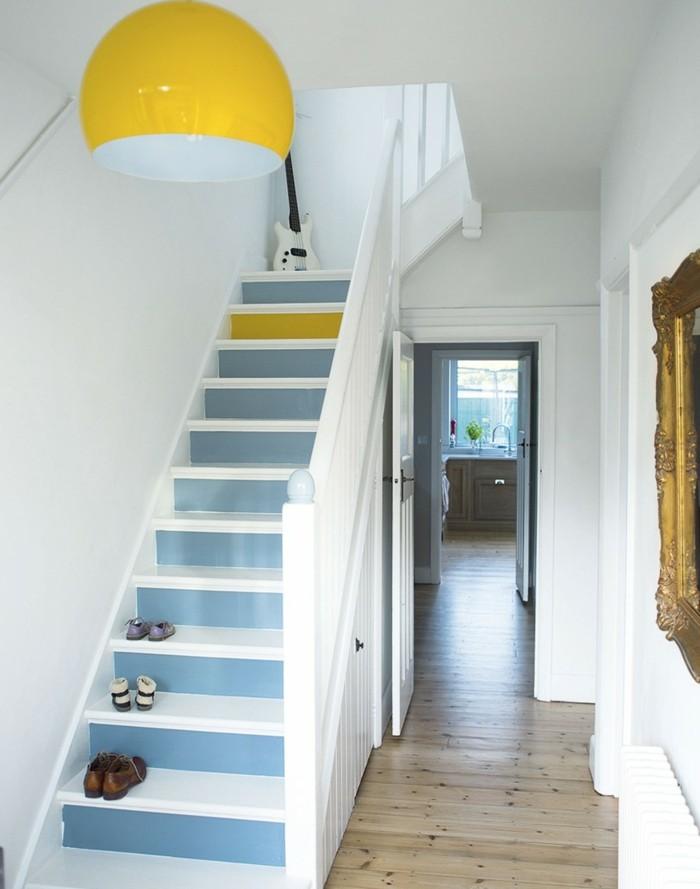 Bonne idée comment éclaircir un couloir blanc avec escaliers bleus et accents jaunes, miroir baroque, lustre jaune ronde