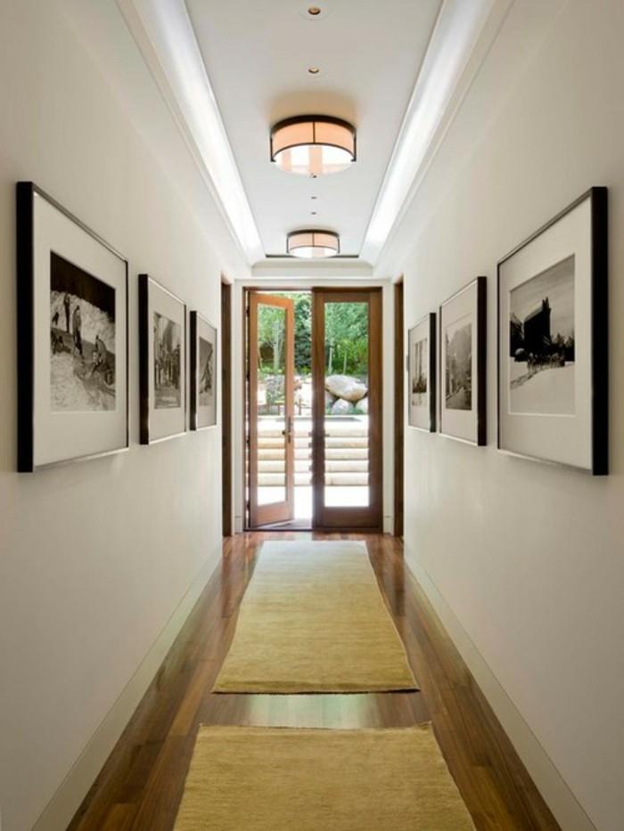 5 astuces pour décorer un couloir trop étroit, design d'intérieur, deux tapis longs et étroites à couleur jaune, photo noir et blanc à disposition