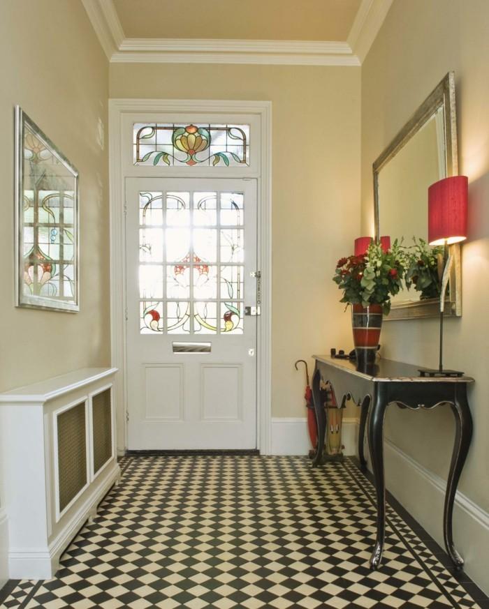 Taupe murs, meubles d'entrée, porte blanche avec virage décoratif, habiller un couloir long et étroit, photo couloir moderne