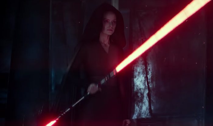 La bande annonce de Star Wars : The Rise of Skywalker a marqué les fans par sa dernière image montrant Rey tenant un double laser rouge