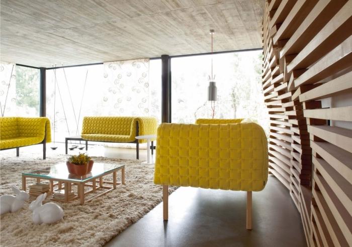 idée revetement mural bois original, aménagement de salon avec plancher béton et plafond en planches bois clair