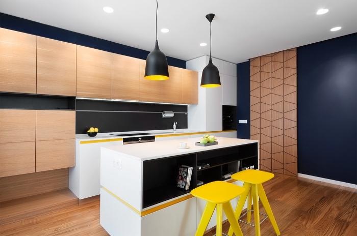 décoration de cuisine blanc et noir moderne avec accents colorés, agencement cuisine linéaire avec îlot central