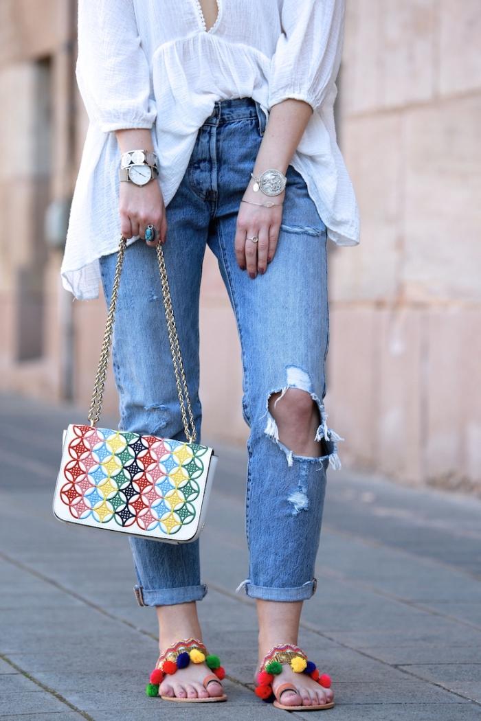 idée tenue femme chic en jeans déchirés et blouse blanche avec accessoires colorés sandales plates et sac à main