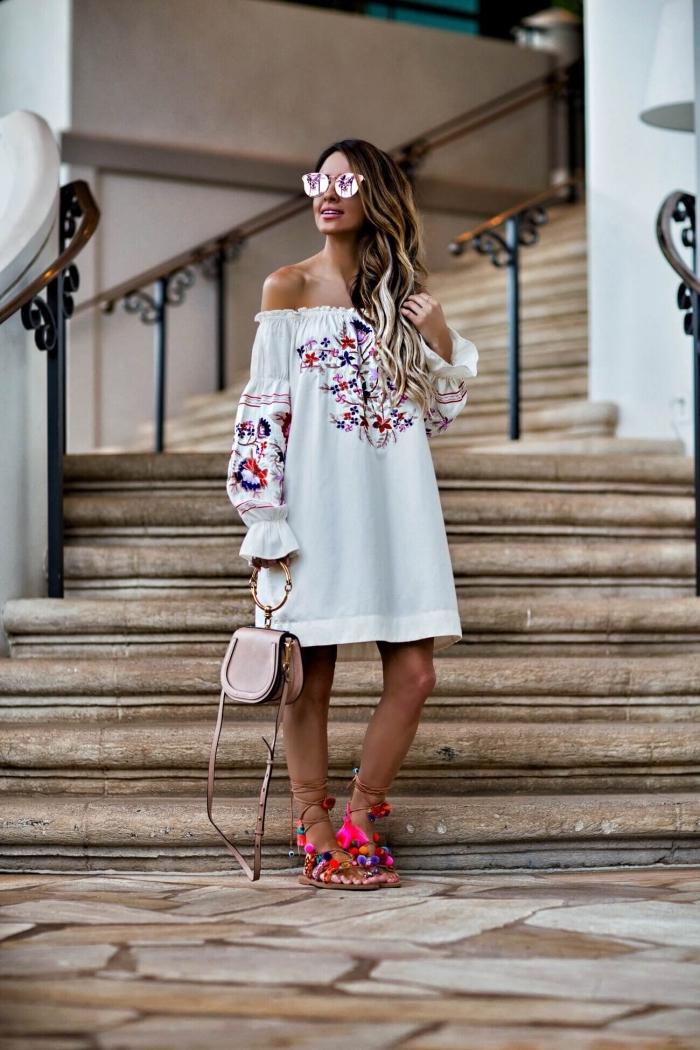 modèle de sandale ete DIY, comment bien s'habiller avec tunique blanche aux épaules dénudées à motifs broderie