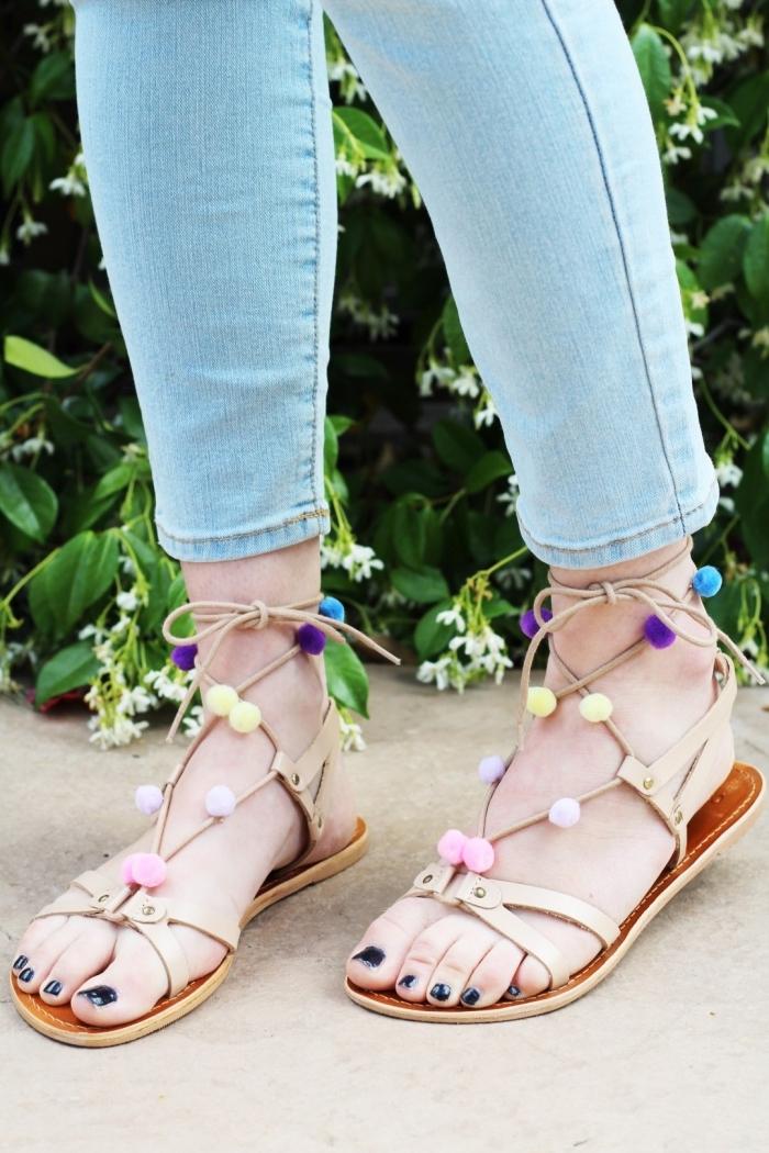idée comment porter les sandales pompons DIY, modèle chaussures d'été plates avec décoration en mini pompons