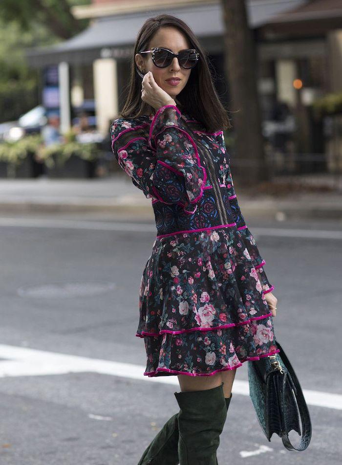 Robe noire fleurie mode hiver 2019 2020, couleur tendance 2019, idée tenue automne hiver, tenue avec cuissardes