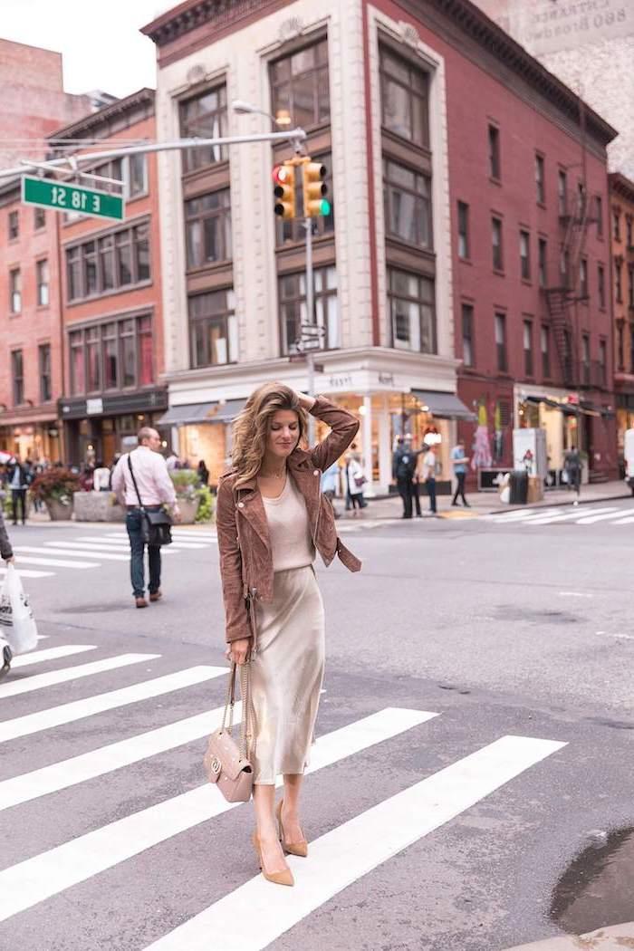 Veste velours beige jupe mi longue satin couleur tendance hiver 2019 2020, mode automne hiver 2019