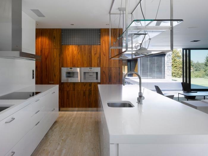 design intérieur cuisine blanche avec parquet bois clair, idée revetement mural bois, décoration pièce blanc et bois