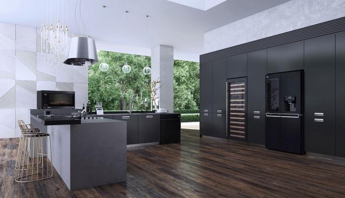 décoration cuisine bois moderne au plancher bois foncé, agencement cuisine espace ouvert en gris et noir mat