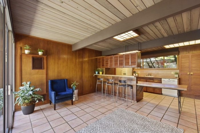 idée lambris bois large, aménagement cuisine ouverte en bois avec îlot, décoration murale bois marron avec rangement