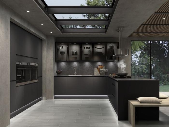 design intérieur moderne dans une cuisine aux couleurs foncées, déco cuisine gris anthracite avec plan de travail noir