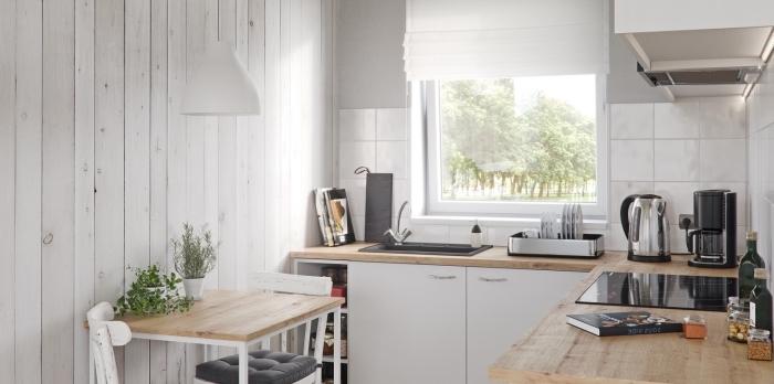 exemple de petite cuisine aux murs en lambris bois blanc, aménagement cuisine blanche avec équipement inox