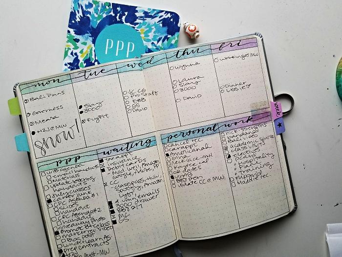 tableau d'organisation pour le planning hebdomadaire avec les noms des jours de la semaine calligraphiés