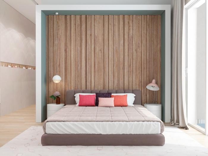 exemple comment habiller un mur dans chambre adulte, pièce aux murs gris clair avec bordure bois et parquet bois stratifié