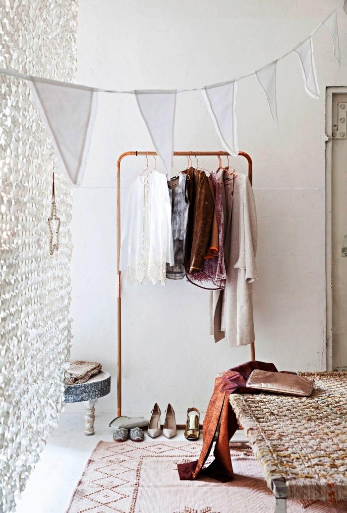 portant à vêtements diy en bois et cuivre dans une chambre à coucher bohème en blanc et rose gold, idée dressing maison pour la chambre à coucher
