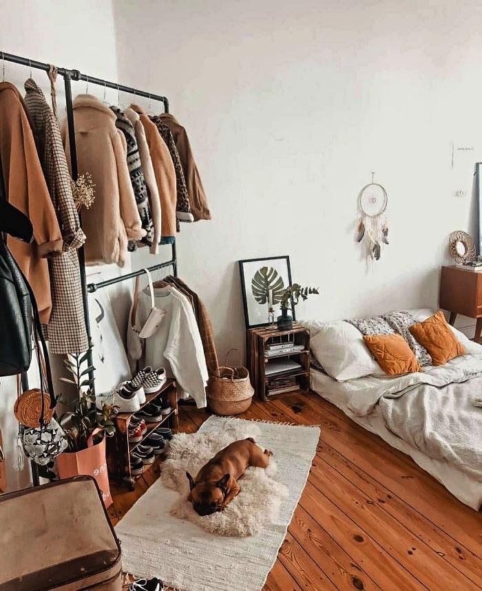 fabriquer un dressing industriel ouvert avec portants à vêtement en tubes, idée de dressing pour un petit appartement