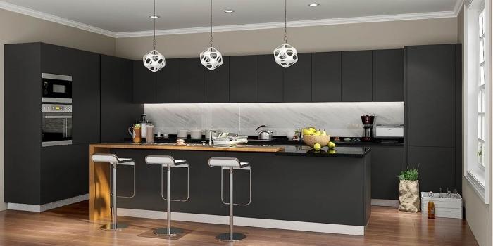 exemple cuisine gris anthracite et bois avec crédence marbre, agencement cuisine en longueur avec îlot central