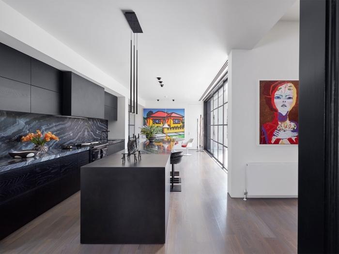 décoration de cuisine moderne en bois et noir mat, idée crédence foncée cuisine contemporaine, modèle cuisine linéaire