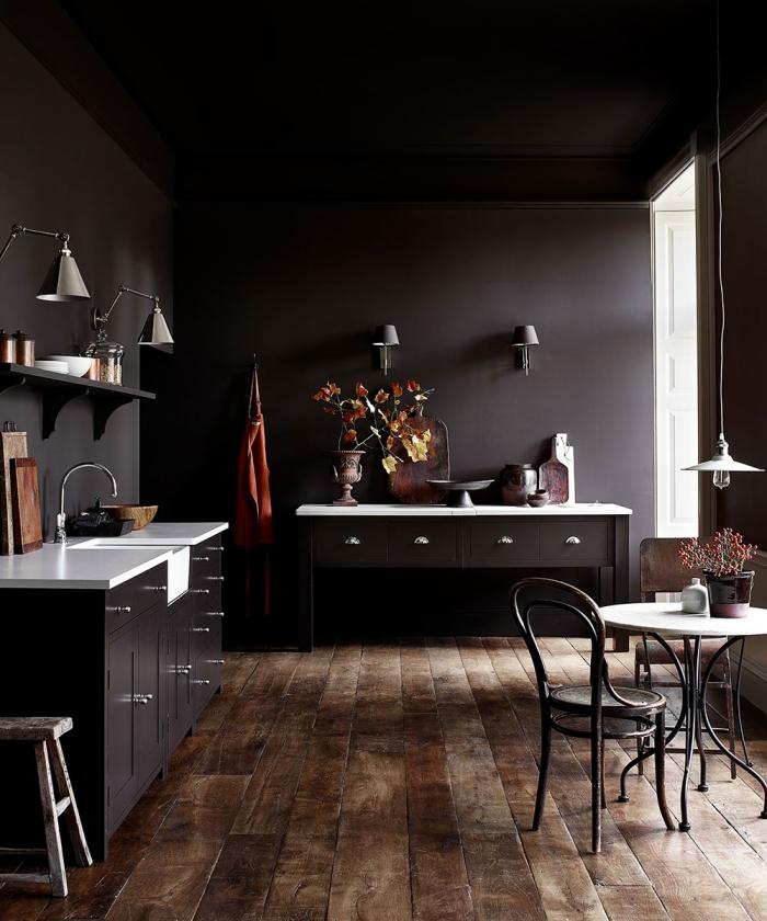 exemple de cuisine noir mat avec plan de travail blanc, agencement petite cuisine foncée en l avec coin repas