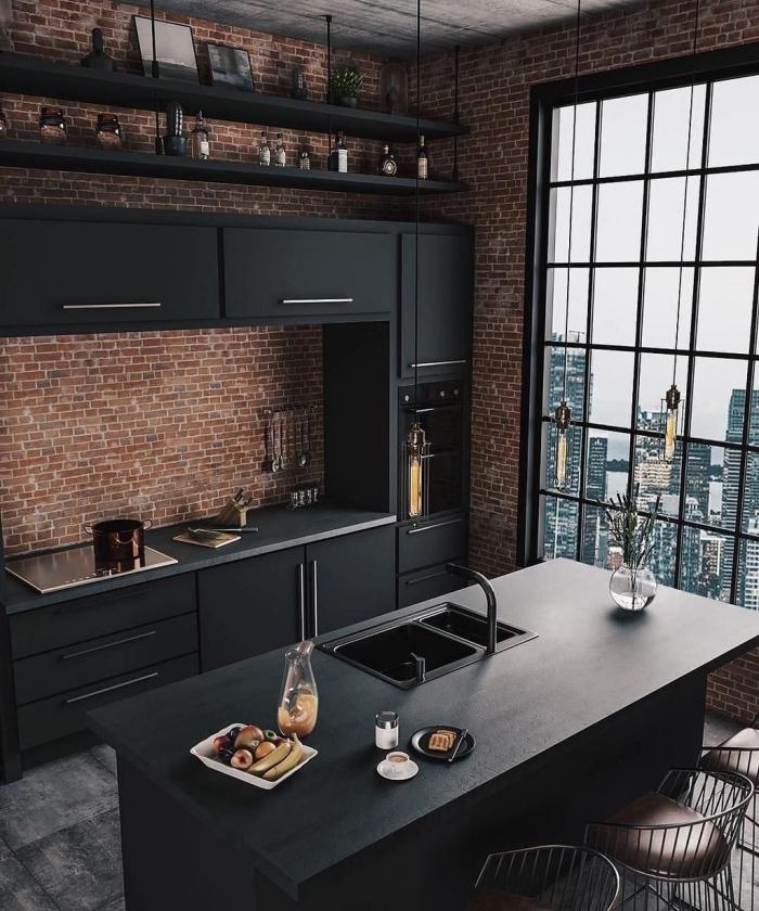 décoration cuisine ouverte de style industriel, idée cuisine avec plan de travail noir mat, petite cuisine linéaire avec îlot