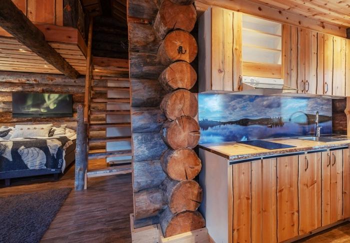 habiller un mur en planche de bois brut, déco rustique dans un salon ouvert vers la cuisine aux murs en bûches bois