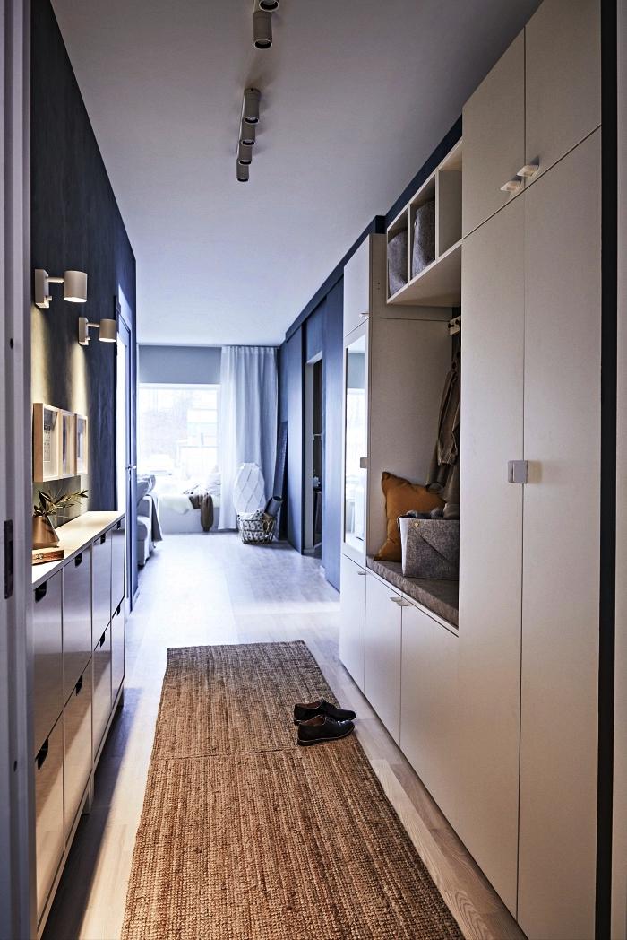 quelle couleur peindre un couloir avec beaucoup de portes, aménagement d'une entrée longue et étroite avec un meuble à chaussures gain-de-place de chez ikea et un meuble d'entrée encastré