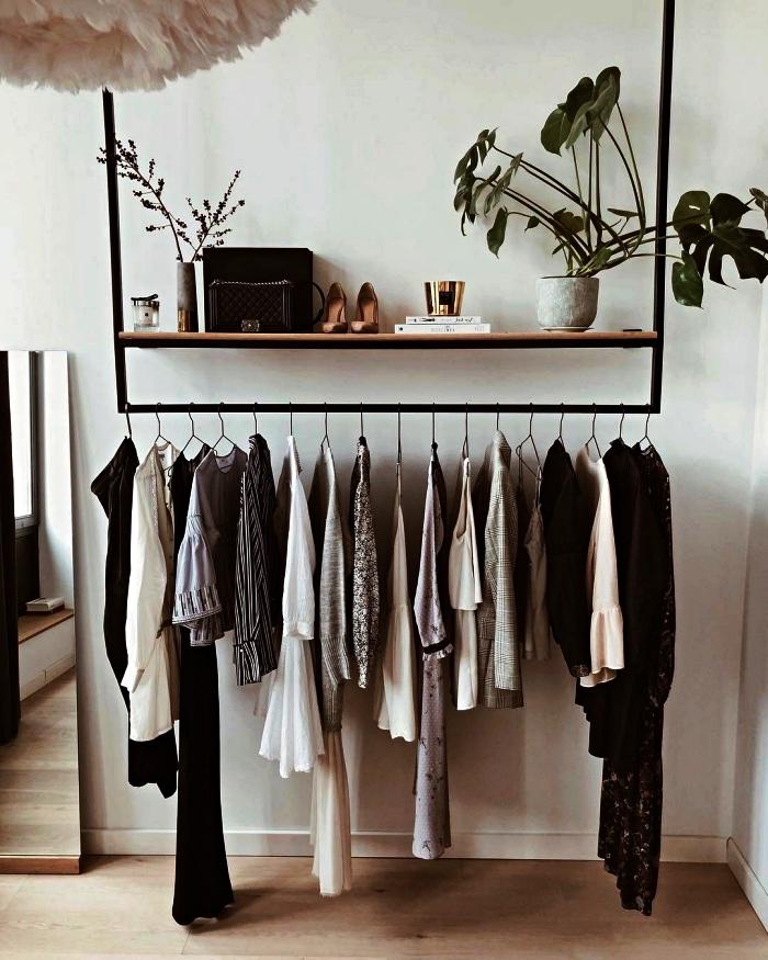 penderie basse en métal et bois avec étagère pour accessoires et petits objets déco, idée pour aménager un coin dressing dans sa chambre