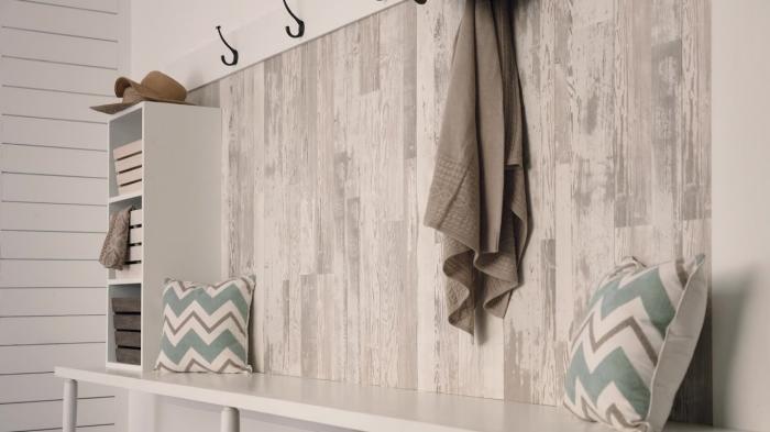 revetement mural bois clair, décoration entrée blanche avec meubles bois blanc, mur blanc avec partie en bois et crochets
