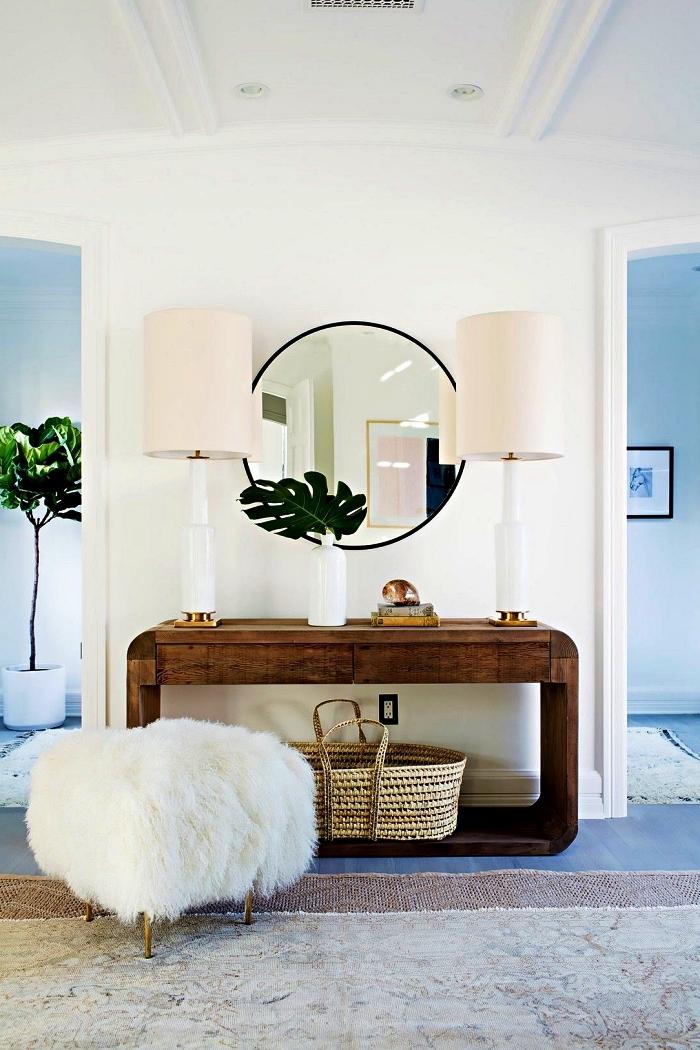 idée de decoration maison moderne, aménagement d'une entrée moderne avec console en bois design, tabouret en fourrure et grand miroir rond