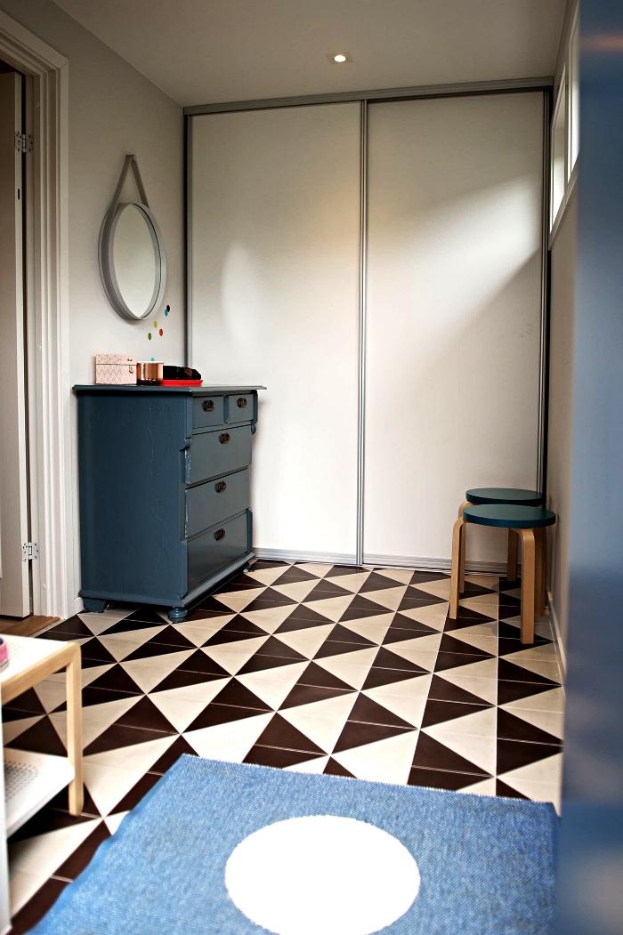idee deco entree vintage scandinave au sol graphique noir et blanc avec placard encastré aux portes coulissantes et commode vintage peint bleu