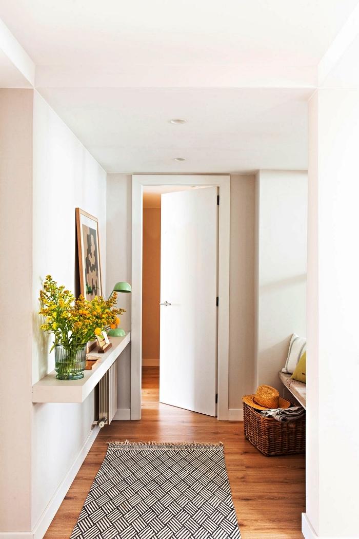 tablette murale pour ranger sa petite déco dans le hall d'entrée, coin cosy dans l'entrée avec banc en bois près de la fenêtre