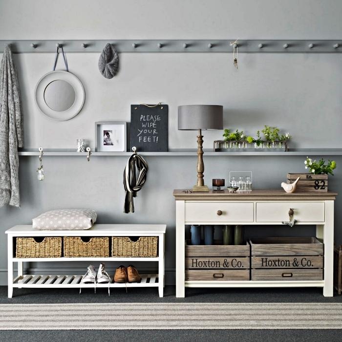 hall d'entrée gris de style champêtre avec meuble à chaussures et console en bois vintage, étagère murale tout au long du mur