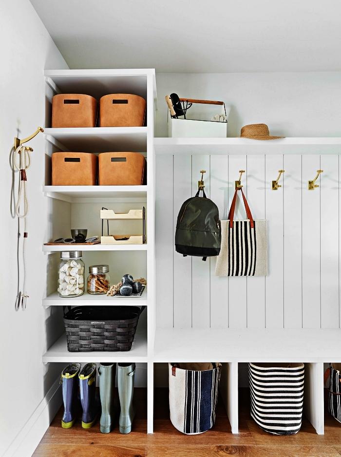 meuble vestiaire d'entrée en bois blanc avec multiples rangements et espace penderie avec crochets