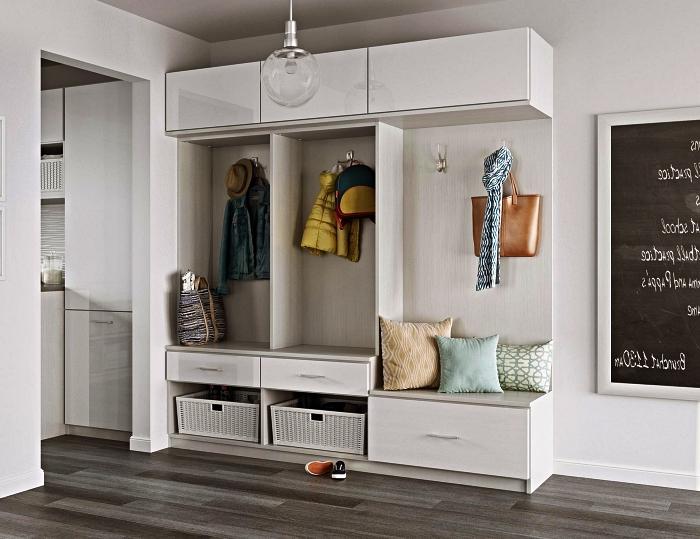 meuble d'entrée vestiaire avec banc, étagères et placards, entrée aux murs gris clair et au parquet bois gris