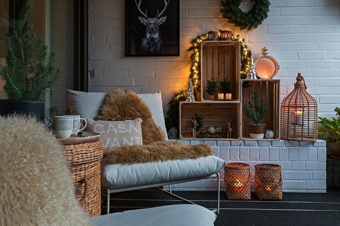 etagere deco pour l'extérieur réalisée avec des caisses en bois ikea, idées déco pour aménager un petit balcon