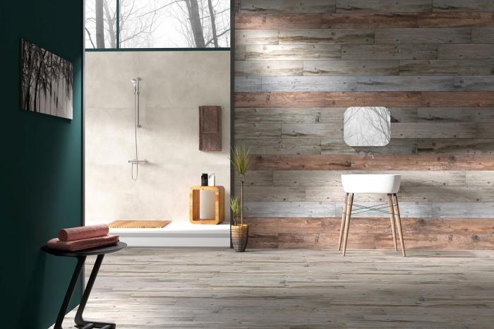 design intérieur moderne, décoration salle de bain avec cabine de douche, revetement mural bois en planches différentes couleurs