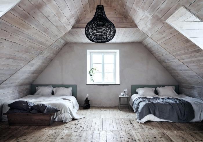 comment décorer une chambre sous combles de style minimaliste, idée pièce aux murs en planches de bois clair