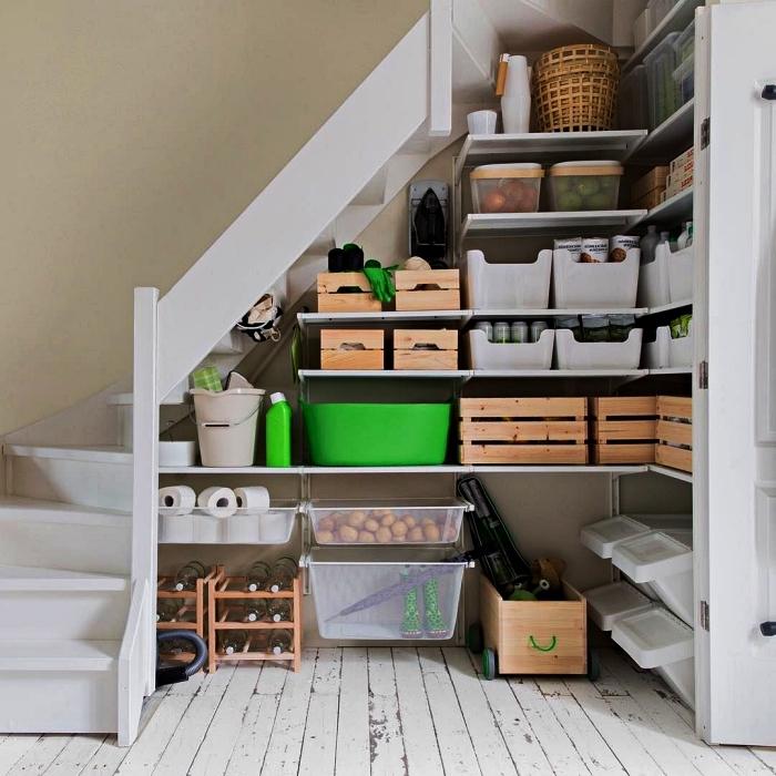 idée rangement fonctionnel sous escalier, étagères ouvertes avec des caisses en bois et des boîtes de rangement ikea