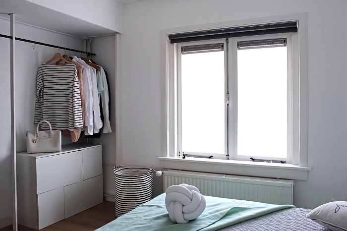 idée de dressing a faire soi meme avec une penderie fixée en dessus d'une commode, coin dressing aménagé dans la chambre à coucher