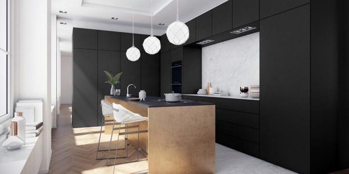 décoration plan de travail noir et crédence marbre, aménagement cuisine avec îlot, revêtement de plancher cuisine en parquet